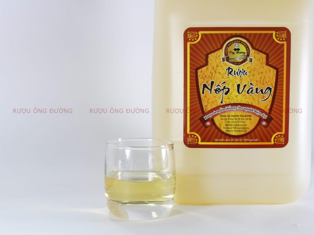 Trải qua quá trình ngâm ủ, hạ thổ rượu có màu vàng nhạt tự nhiên