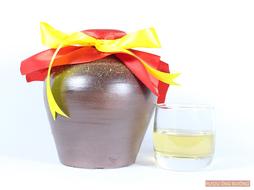rượu nếp cái hoa vàng được ủ trong chum sành ít nhất 8 tháng