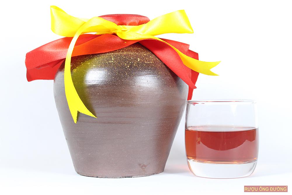 rượu nếp cẩm được hạ thổ trong chum sành