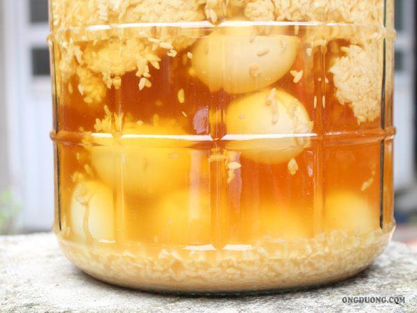 rượu nếp cái hoa vàng ngâm trứng gà