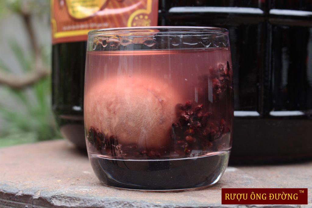 Ngâm ủ 12 tháng trứng đã chín và có thể ăn được để tận dụng hoàn toàn dưỡng chất trong bình rượu